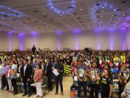 Foto do 17º Fórum Nacional da Undime, realizado em Mata de São João, Bahia, em agosto de 2019. Na imagem, uma multidão de pessoas está reunida no plenário para votação.