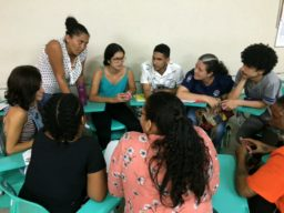 Foto apresenta estudantes reunidos em roda de conversa