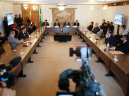 Presidente do STF, ministro Dias Toffoli, se reune com autoridades para tratar crise do coronavírus. Imagem retrata reunião de pessoas no Supremo Tribunal Federal.