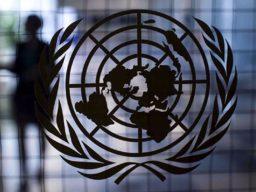 Foto com logo das Organização das Nações Unidas (ONU)