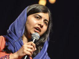 Em foto, é possível ver a ativista paquistanesa Nobel da Paz, Malala Yousafzai, segurando um microfone. Foto acompanha texto sobre carta enviada pela ativista ao Supremo Tribunal Federal pelo fim do Teto de Gastos