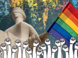 Foto apresenta estátua do Supremo Tribunal Federal (STF) com bandeira LGBTI, de arco-íris, sobreposta. Abaixo da estátua, há multidão de punhos cerrados levantados.