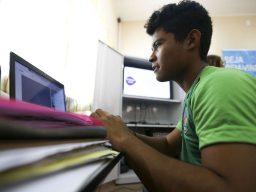 Aluno negro utiliza computador na escola estadual Raymundo Sá, no município de Autazes.