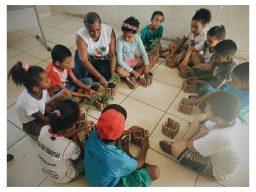 Professora de escola quilombola realiza atividade com os alunos em Mato Grosso